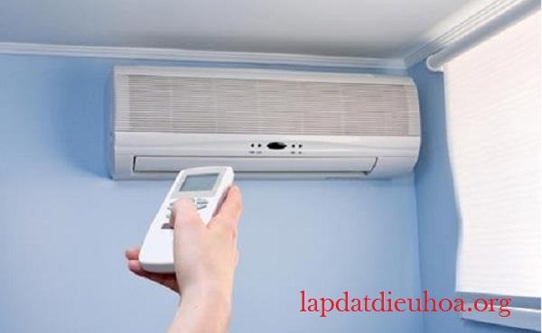 Nên lựa chọn chế độ quạt gió nếu đặt chậu nước trong phòng